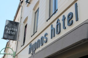 Facade de L'Hypnos hôtel à hesdin, photo prise l'été.